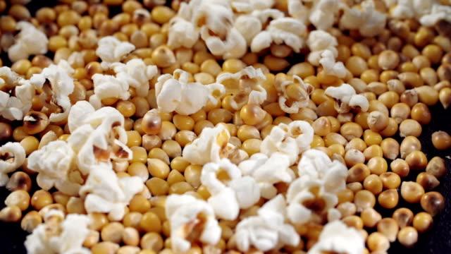 stockvideo's en b-roll-footage met verse popcorn popping - popcorn