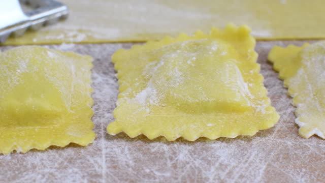 vídeos de stock e filmes b-roll de fresh ravioli, traditional italian pasta ready to cook. - ravioli