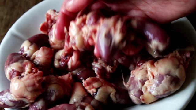 frische rohe hühnerherzen - inneres organ eines tieres stock-videos und b-roll-filmmaterial