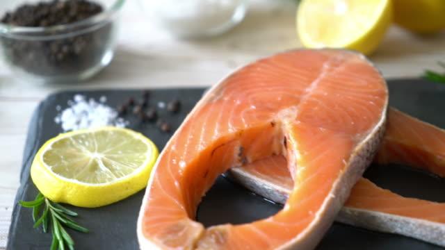 fresh raw salmon fillet steak - vídeo