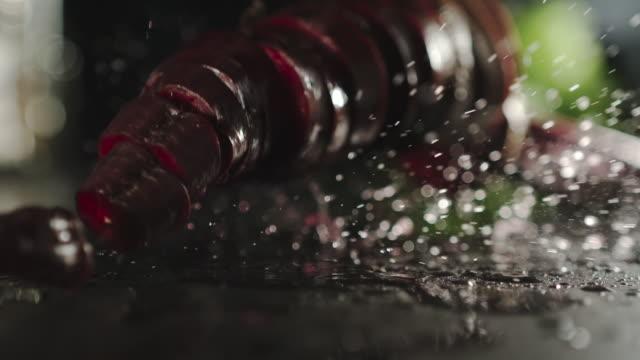 slow motion: frische rote rote bete scheiben slpashing down auf einem nassen schwarzen oberfläche - chenopodiacea stock-videos und b-roll-filmmaterial