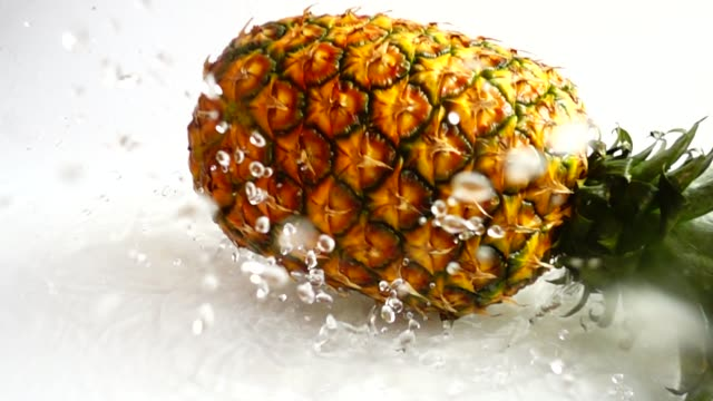 stockvideo's en b-roll-footage met verse rijpe ananas. slow motion. - tropisch fruit