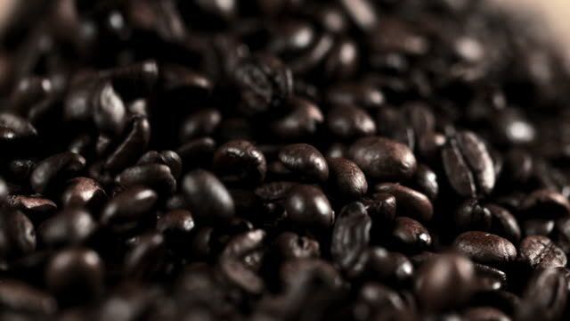 vídeos y material grabado en eventos de stock de slo mo cu fresco asado café - café negro