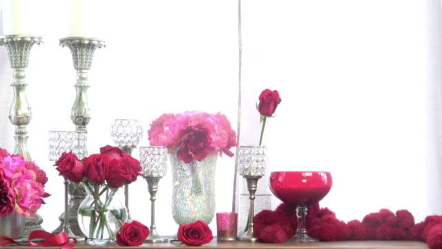 Douce décoration romantique avec des roses et rouges - Vidéo