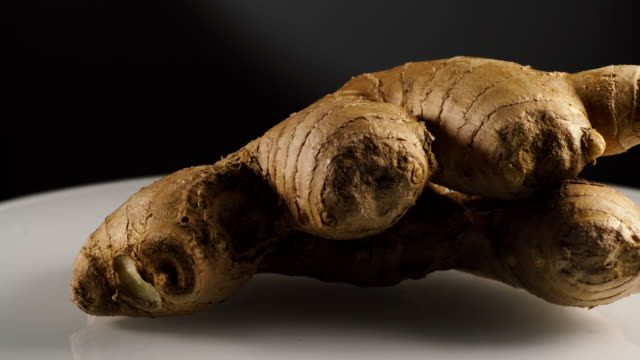 Fresh root Ginger roterande på plattan video
