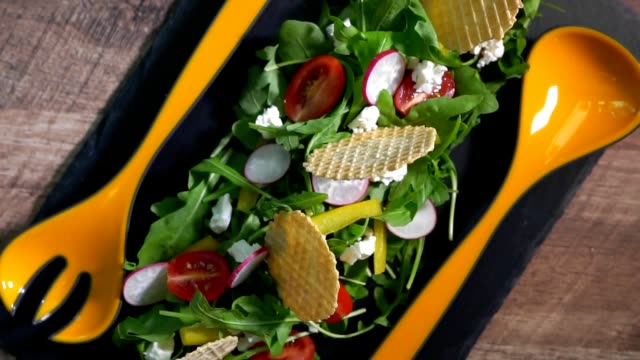 fresh salad of arugula, pepper, radish, tomato and chips. - капустные стоковые видео и кадры b-roll