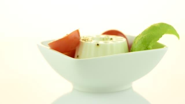 vídeos de stock, filmes e b-roll de salada fresca - comida salgada