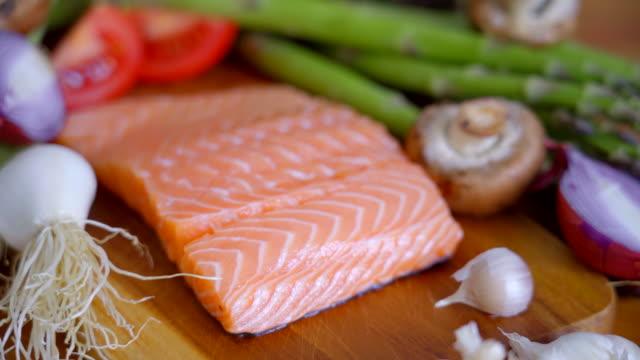 vídeos de stock, filmes e b-roll de bife salmon fresco para comer saudável - dieta paleo