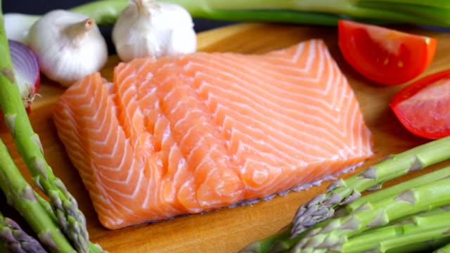 vidéos et rushes de steak de saumon frais pour une alimentation saine - aliment cru