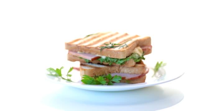 färsk smörgås med grönsaker, bacon och ost på vit - cheese sandwich bildbanksvideor och videomaterial från bakom kulisserna