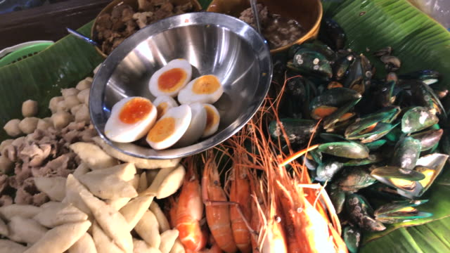 färska skaldjur för tom yum nudlar, hua hin, thailand. - kokat ägg bildbanksvideor och videomaterial från bakom kulisserna