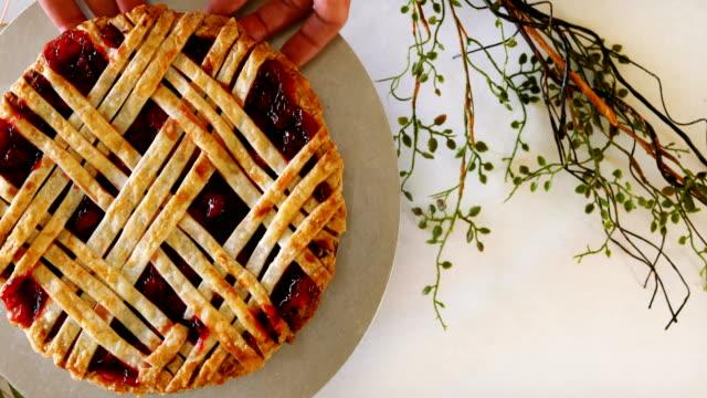 fresh seasonal cherry pie on display - nadziewany placek filmów i materiałów b-roll