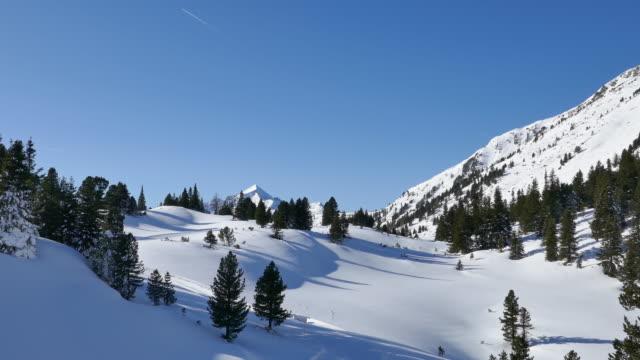stockvideo's en b-roll-footage met verse sneeuw in bergen dichtbij de stad obertauern en het hemeltoevlucht, salzburger land van oostenrijk. - sneeuwkap