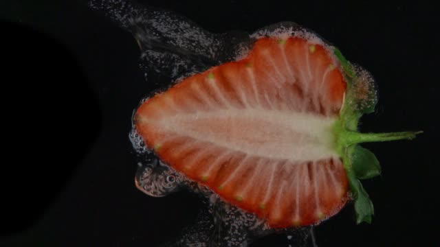 vídeos de stock e filmes b-roll de fresh strawberry fruit juice in slow motion - strawberry