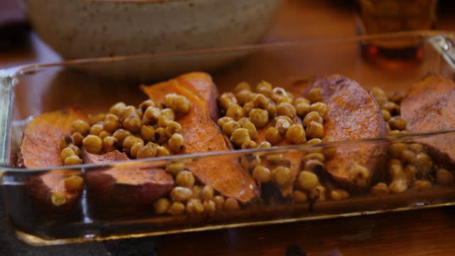 vídeos de stock, filmes e b-roll de batata-doce fresca e grão-de-bico no prato cozido - vegetarian meal