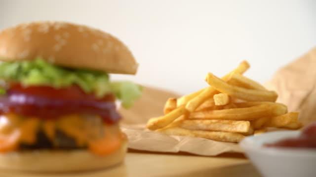 치즈와 신선한 맛 있는 쇠고기 햄버거 - burger and chicken 스톡 비디오 및 b-롤 화면
