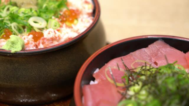 fresh tuna raw on topped rice - Japanese donburi - vídeo