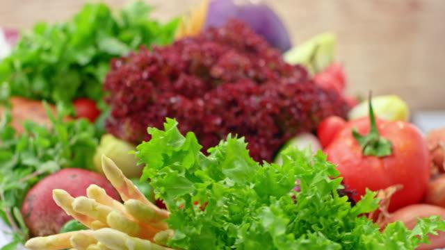 ldテーブルを回す新鮮な野菜の花束 - 豊富点の映像素材/bロール