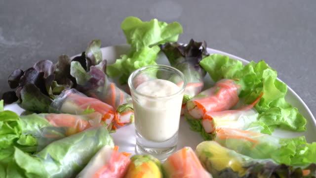 vídeos de stock, filmes e b-roll de rolinho primavera de legumes frescos de macarrão - comida salgada