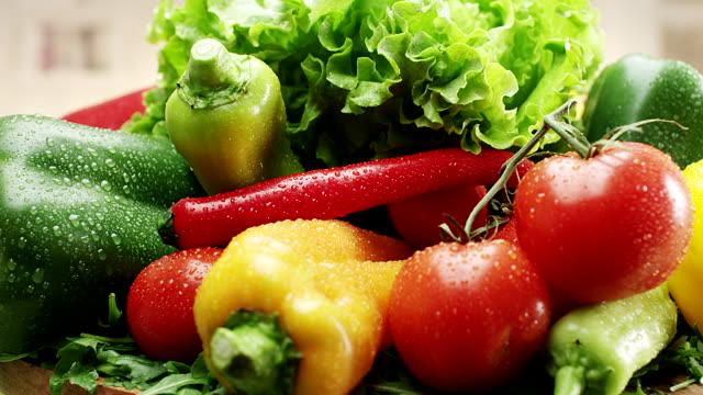 vídeos de stock, filmes e b-roll de legumes frescos - legume