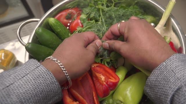 vídeos y material grabado en eventos de stock de verduras frescas. clip. cocinera pone eneldo en un plato - pak choy