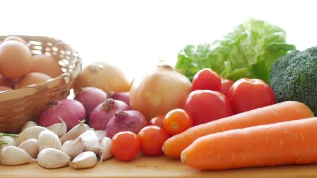 vídeos y material grabado en eventos de stock de verduras frescas para la cocción de alimentos saludables - antioxidante
