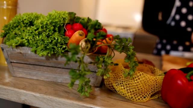 台所のテーブルにサラダの新鮮な野菜。 - 田舎のライフスタイル点の映像素材/bロール