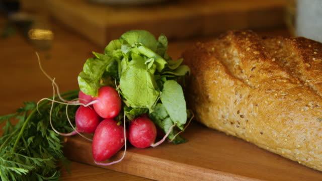 vídeos de stock, filmes e b-roll de vegetais frescos na placa de corte na cozinha - vegetarian meal