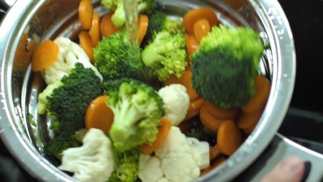 Fresh vegetables splashing into water slow motion video - vídeo