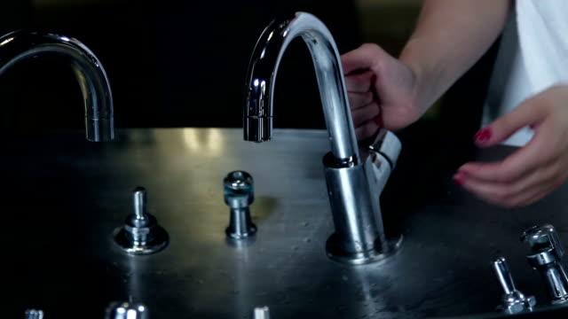 hd макро: свежая вода - tap water стоковые видео и кадры b-roll