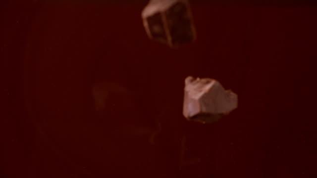 フレッシュなスイカ果汁が跳ね出す。 - バレンタイン チョコ点の映像素材/bロール