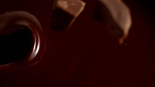 vídeos de stock, filmes e b-roll de suco de fruta fresco da melancia que espirra para fora. - chocolate quente