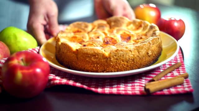 vidéos et rushes de fraîchement sorti du four tarte aux pommes sur une plaque un beau, à côté de pomme et de cannelle - main service