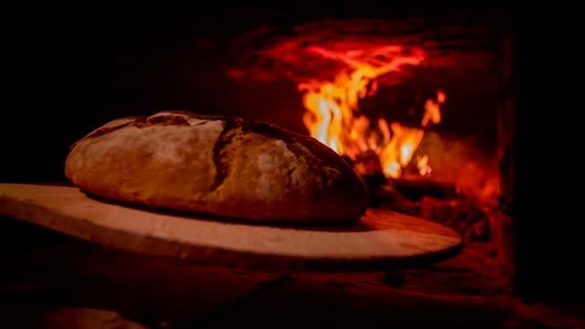 pane appena sfornato il pane in uscita del forno - pane forno video stock e b–roll