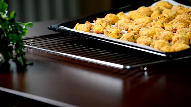vidéos et rushes de bandes de poulet fraîchement cuit au four sur une plaque à pâtisserie. - croustillant