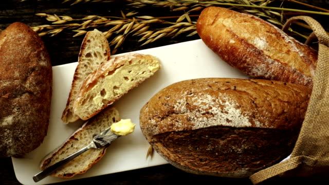 갓 구운 전통 식빵 - 식빵 한 덩어리 스톡 비디오 및 b-롤 화면