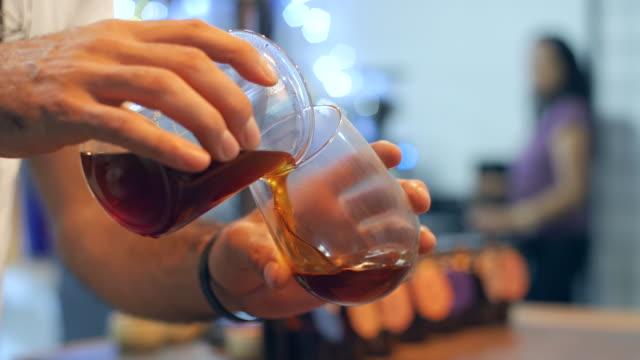 挽きたてのコーヒーはグラスに注いだガラス ビーカーから - ガラス点の映像素材/bロール