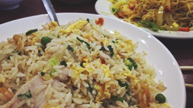 vídeos y material grabado en eventos de stock de arroz frito chino recién preparado como concepto de catering - comida china