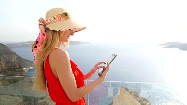 vídeos y material grabado en eventos de stock de frescura y tablet y la volcan - agente de viajes