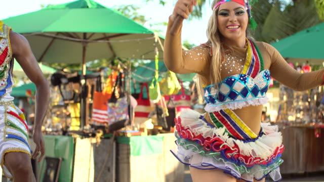 올린다 공예 박람회 앞의 프레보 - 사육제 스톡 비디오 및 b-롤 화면