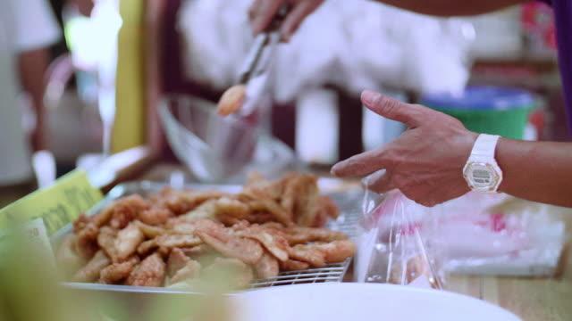タイの屋台で揚げバナナ - 油料理点の映像素材/bロール