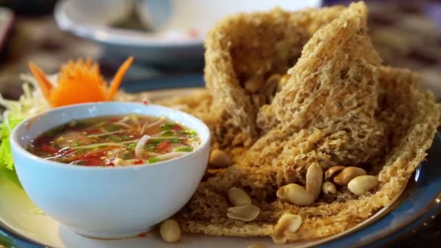 fritto, speziato e dal pesce gatto insalata di cucina tailandese cibo asiatico. servire con salsa piccante sweet and sour - siluriformes video stock e b–roll
