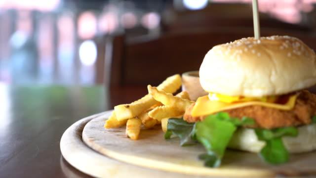 튀긴된 닭고기와 치즈 햄버거와 감자 튀김 - burger and chicken 스톡 비디오 및 b-롤 화면