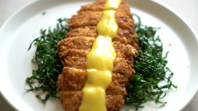 vídeos de stock e filmes b-roll de fried chicken breast with lemon lime sauce - inteiro