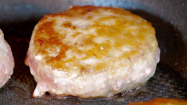 튀긴 닭 커틀릿으로 즐길 수 있는 후라이팬. 닽힌 바라요 - burger and chicken 스톡 비디오 및 b-롤 화면