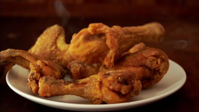 vidéos et rushes de poulet frit tombé dans la plaque - croustillant