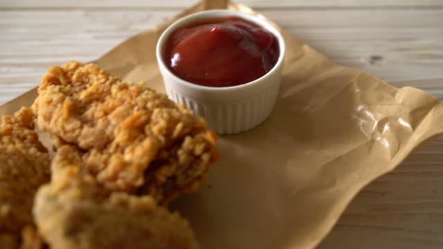 vidéos et rushes de poulet frit repas - croustillant