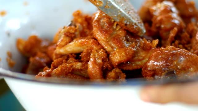 Pollo frito en la calle comida, Close-up Shot - vídeo