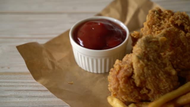 vídeos de stock, filmes e b-roll de frango frito com batatas fritas e nuggets - junk food