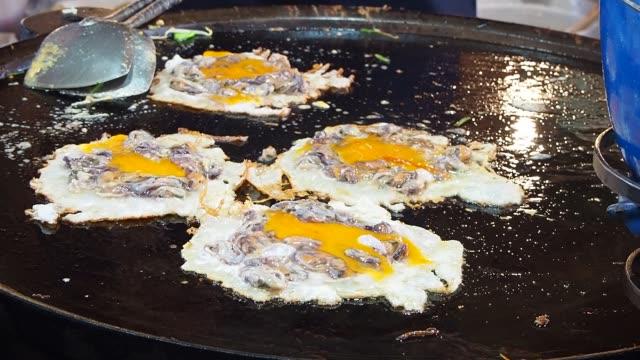 vidéos et rushes de œufs frits à moules - bivalve